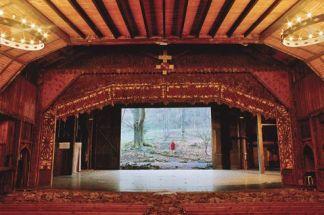 Le Théâtre du Peuple à Bussang ; le mur du fond du théâtre s'ouvre sur la forêt environnante CREDIT : Eric Legrand/Théâtre du Peuple, Bussang