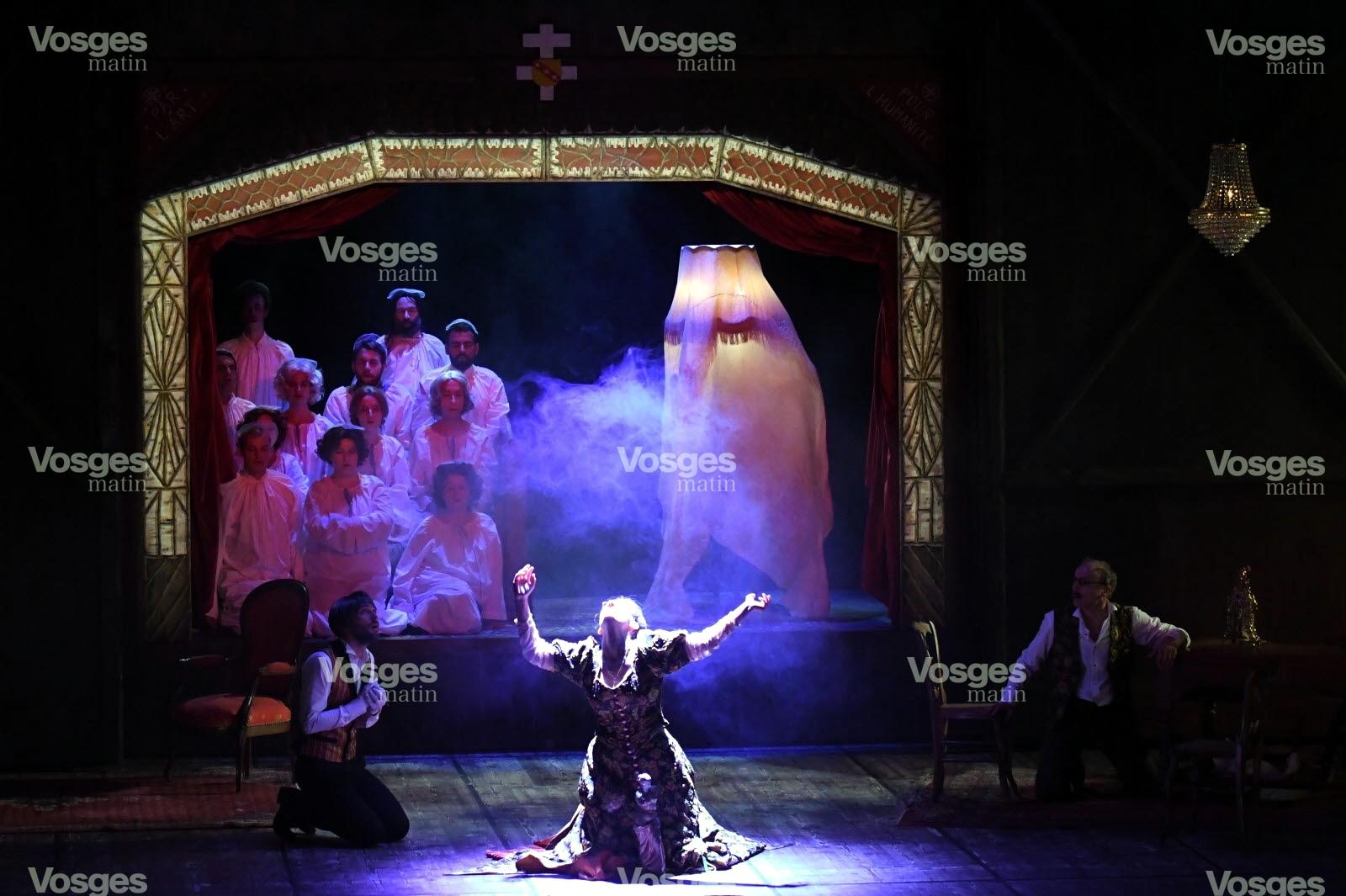 la-femme-du-d-r-petybon-bigote-exemplaire-a-quelques-visions-dans-cette-chambre-theatre-aux-faux-airs-de-theatre-du-peuple-1500301159