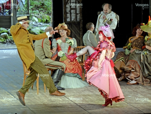 une-piece-en-trois-actes-aux-costumes-superbes-de-couleur-et-de-fantaisie-dotee-d-une-scenographie-magnifique-qui-utilise-astucieusement-l-ampleur-de-